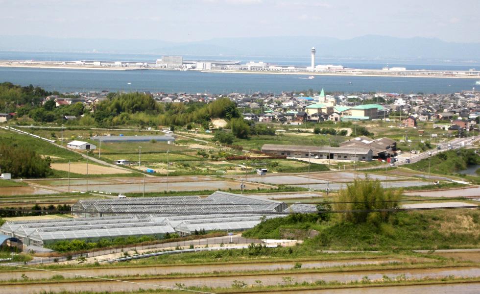 <p>2005年5月撮影<br /> 三岳第3開水路と中部国際空港</p>