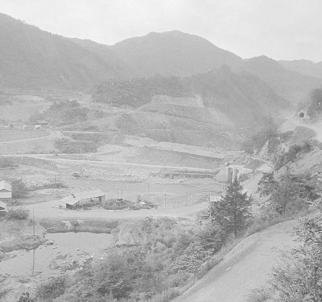 <p>昭和32年〜36年建設時<br /> ダム工事(バイパス工事)</p>