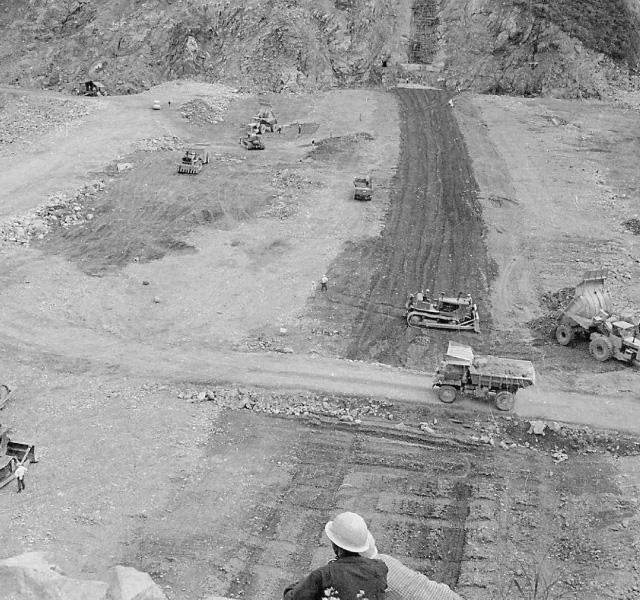 <p>昭和32年〜36年建設時<br /> 築堤工事</p>