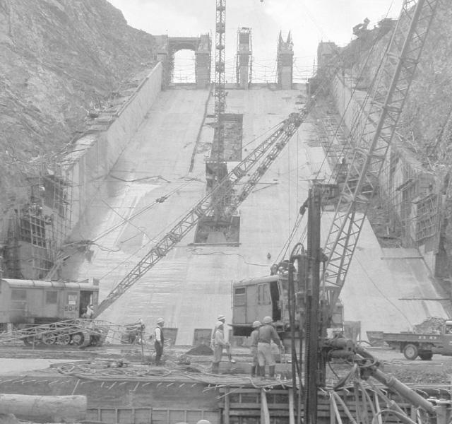<p>昭和32年〜36年建設時<br /> 余水吐コンクリート打設</p>