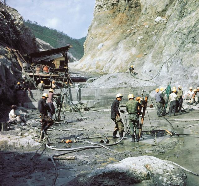 <p>昭和32年〜36年建設時<br /> 河床グラウチング</p>