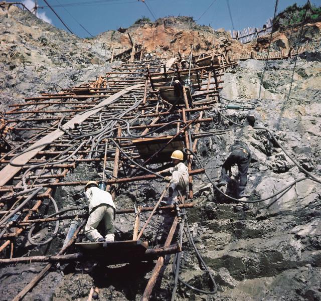 <p>昭和32年〜36年建設時<br /> 堤体岩着部工事</p>
