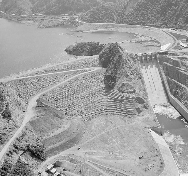 <p>昭和32年〜36年建設時<br /> 完工した牧尾ダム</p>