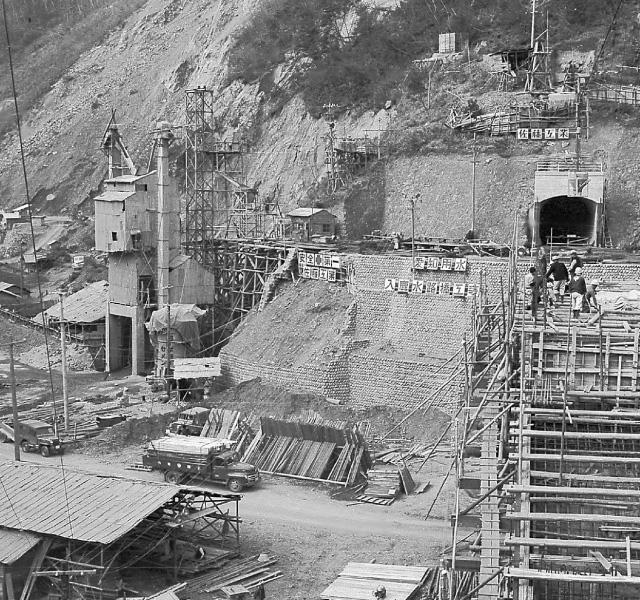<p>昭和32年〜36年建設時<br /> 富士トンネル出口</p>