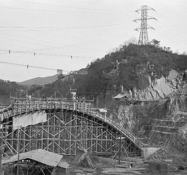 <p>昭和32年〜36年建設時<br /> 入鹿水路橋</p>