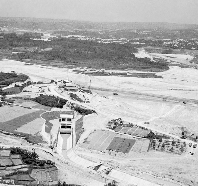 <p>昭和32年〜36年建設時<br /> 東郷調整池</p>